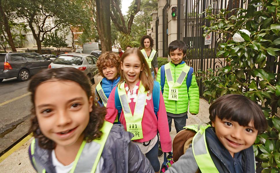 Alunos formam grupos de carona a pé para ir à escola em São Paulo