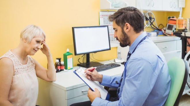 Mais conversa, menos exames e remédios: o que propõe o movimento por 'Medicina sem Pressa'